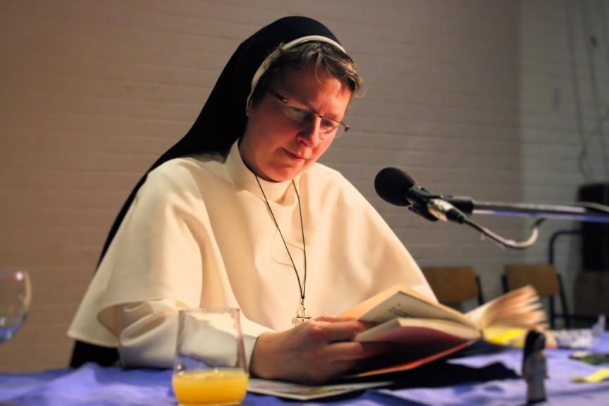 Schwester Jordana liest aus ihrem Buch